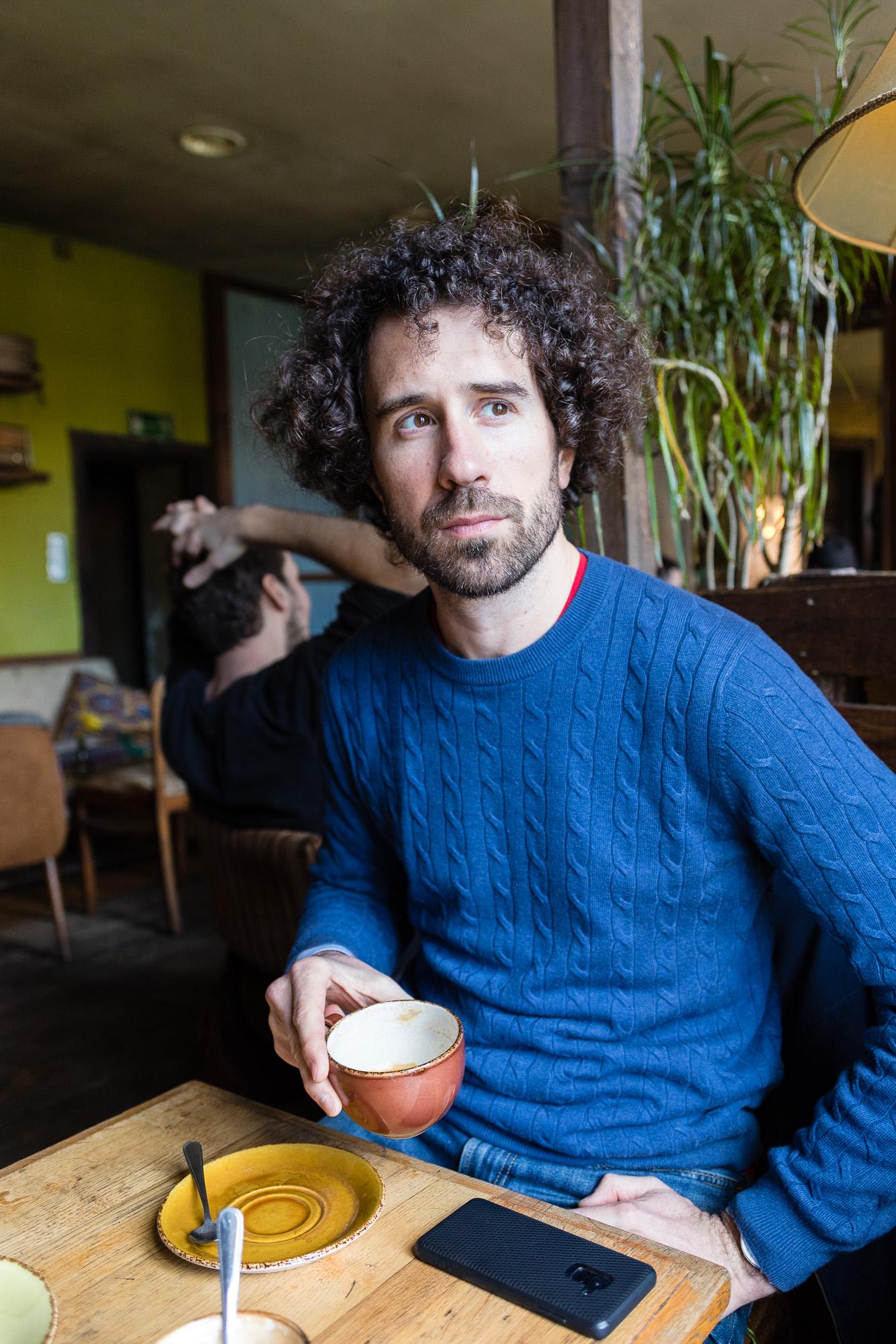 Homme prenant un café dans un café berlinois