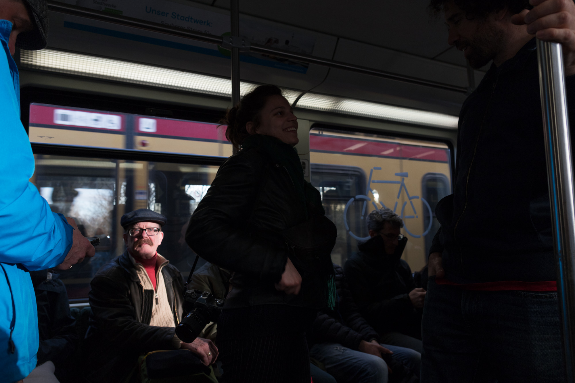 Passagers entre ombre et lumière dans le S-Bahn de Berlin