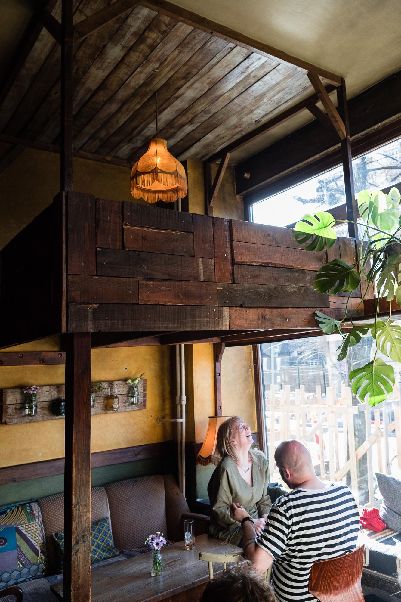 Clients riant dans un café de Berlin