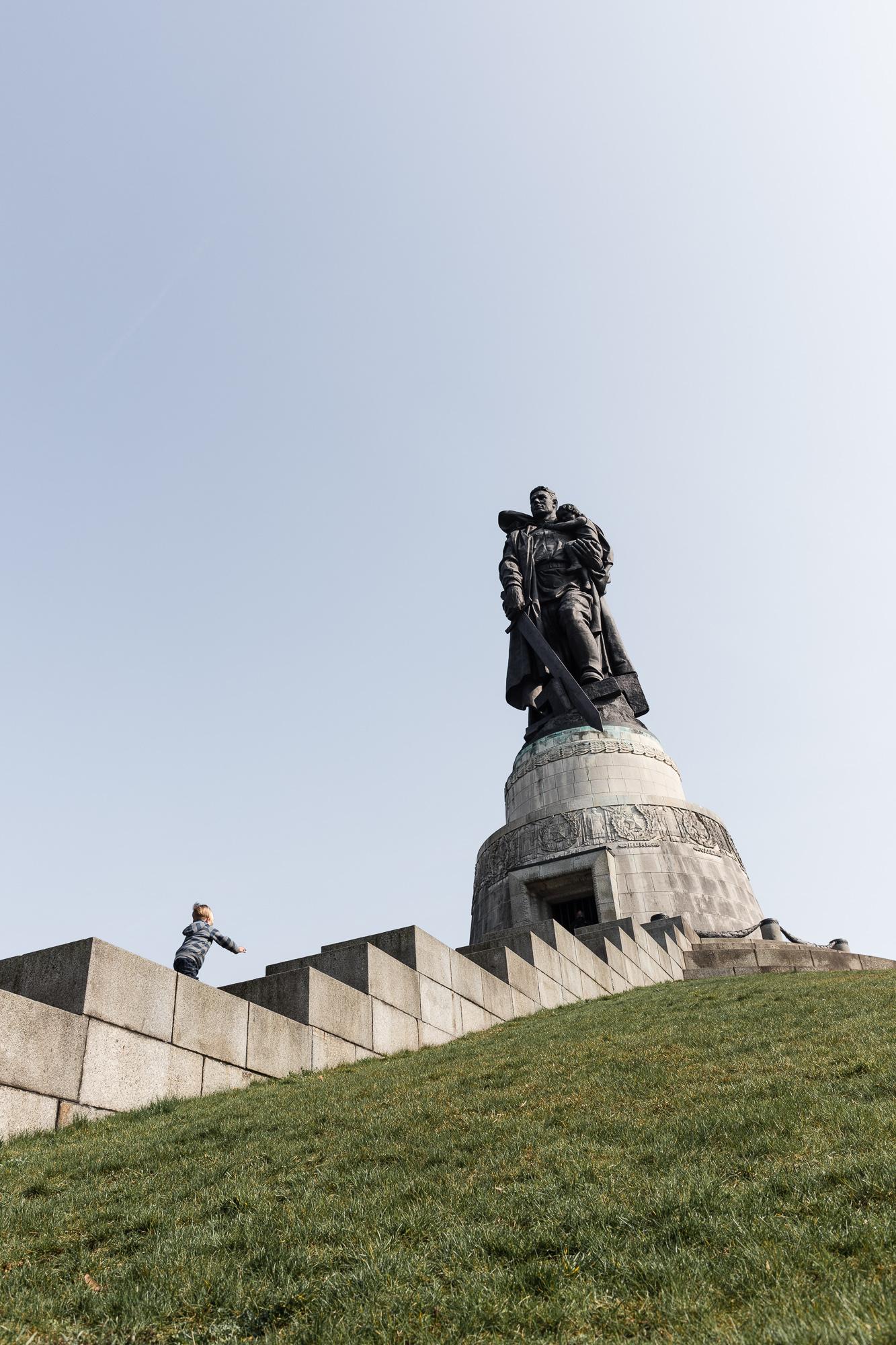 Enfant montant les marches vers la statue du Mémorial Soviétique du Treptower Park.