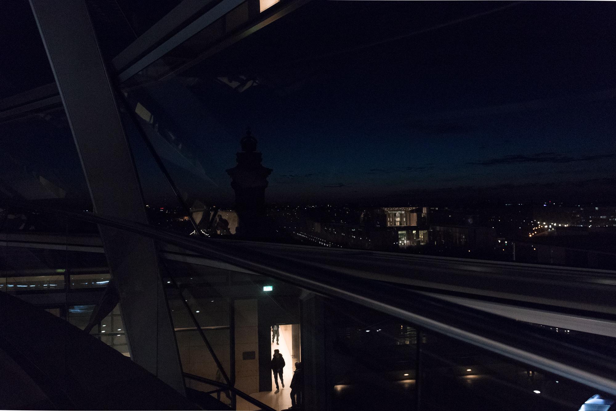 Vue sur Berlin de nuit depuis la coupole du Reichstag, Berlin
