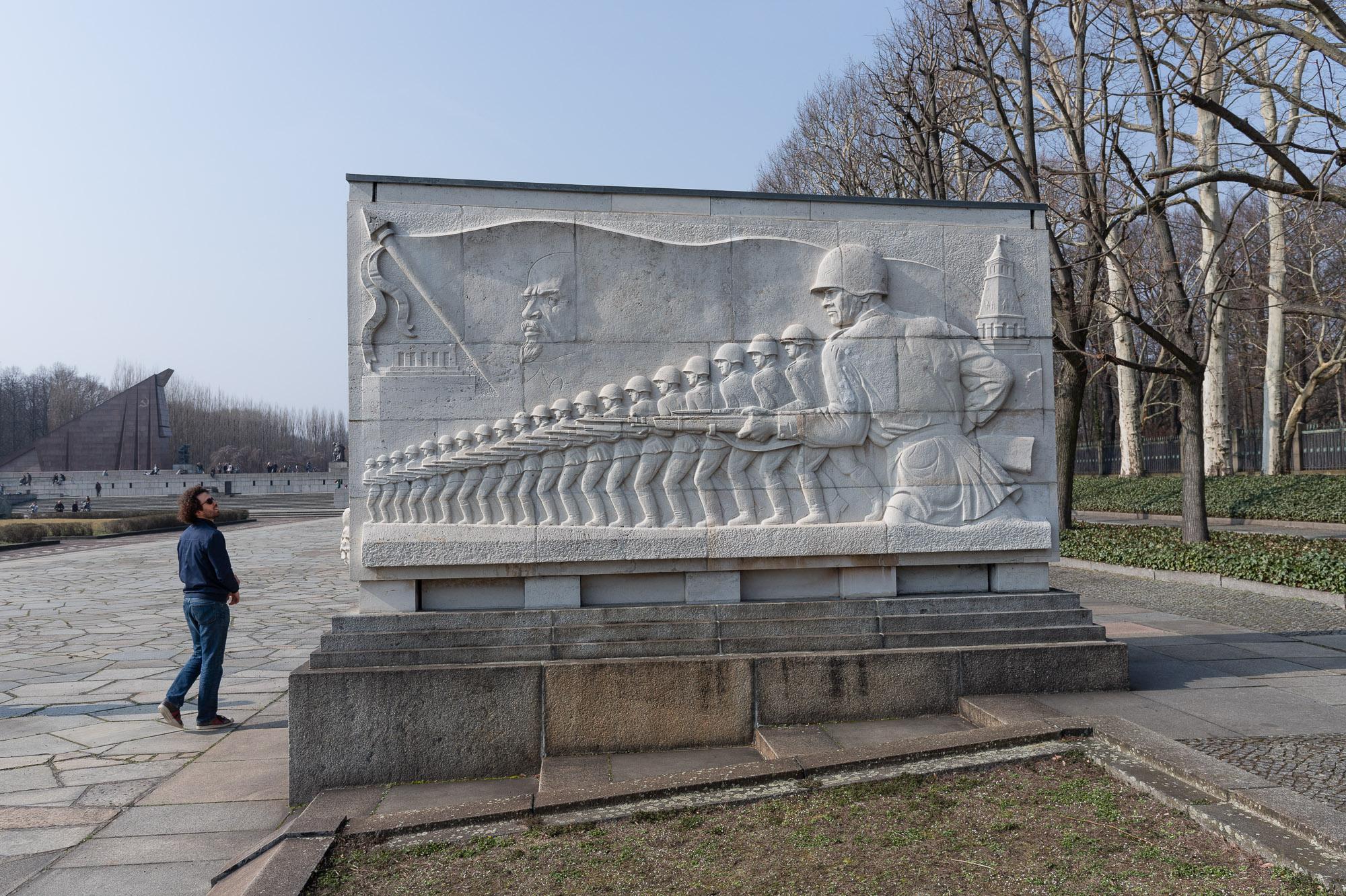 Passant devant un des sarcophages du Mémorial Soviétique de treptower Park.