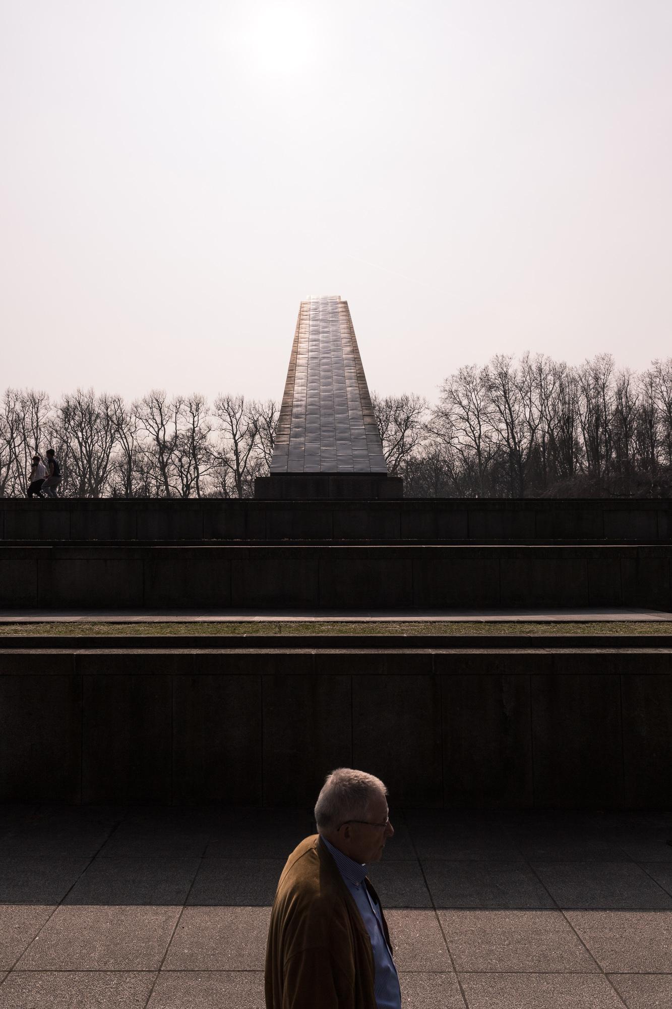 Passant dans une lumière crépusculaire au Mémorial Soviétique de Treptower Park