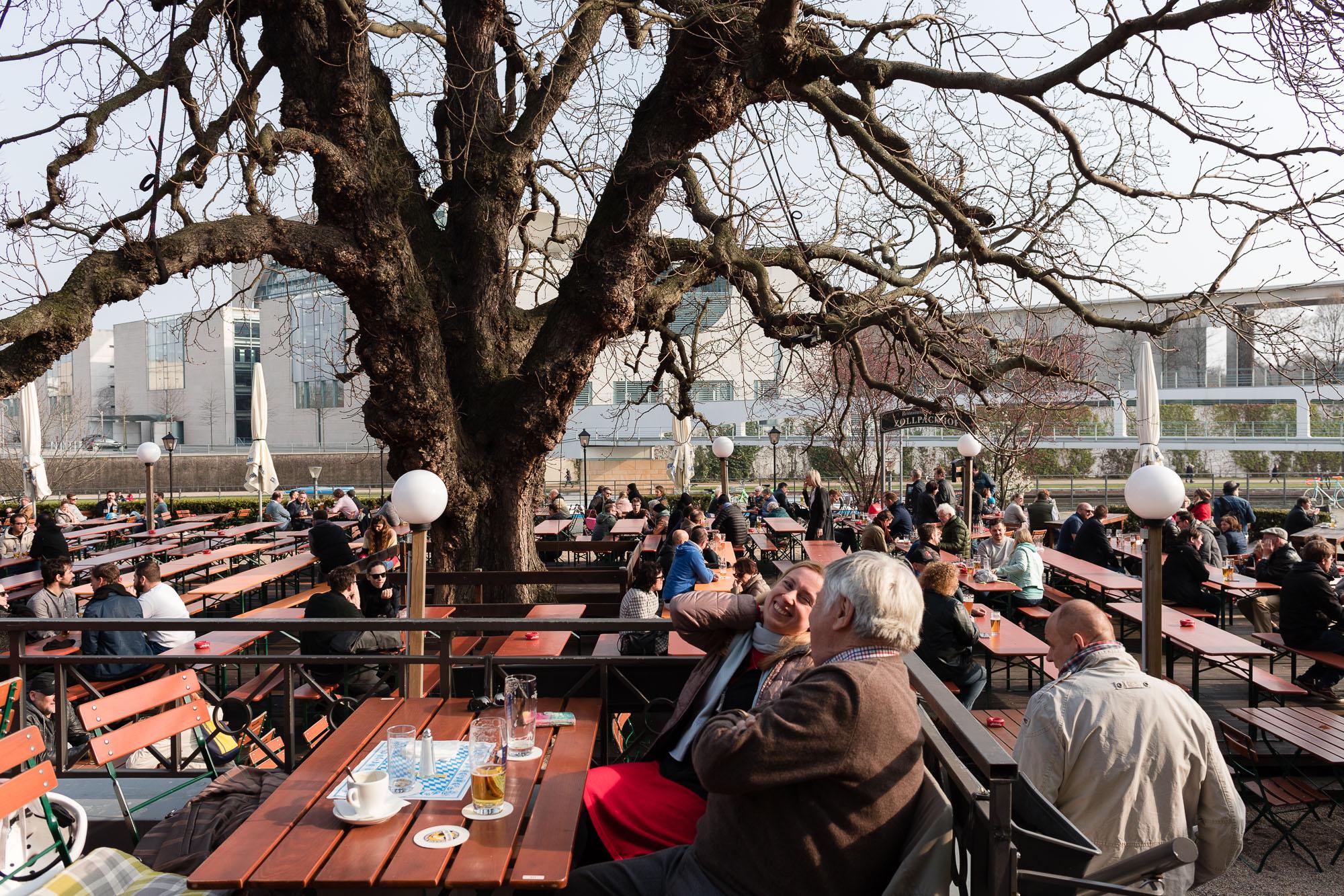 Clients au pied d'un arbre dans un biergarten de Berlin