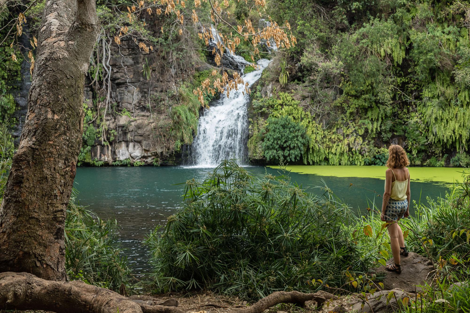 Femme devant le bassin et la cascade des Cormorans à La Réunion