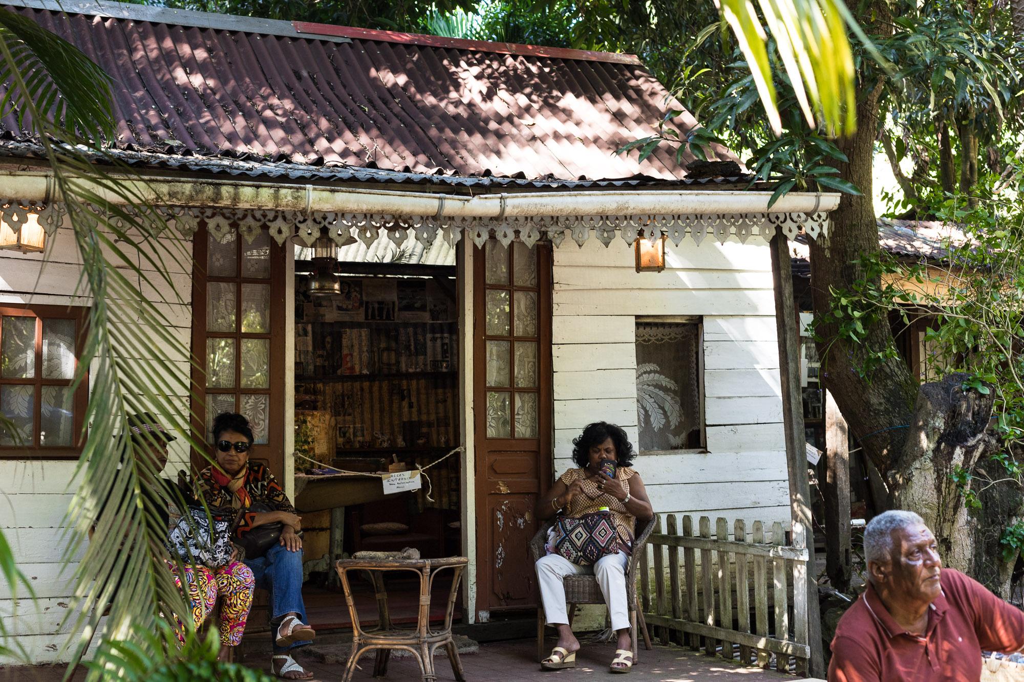 Femmes créoles devant une case