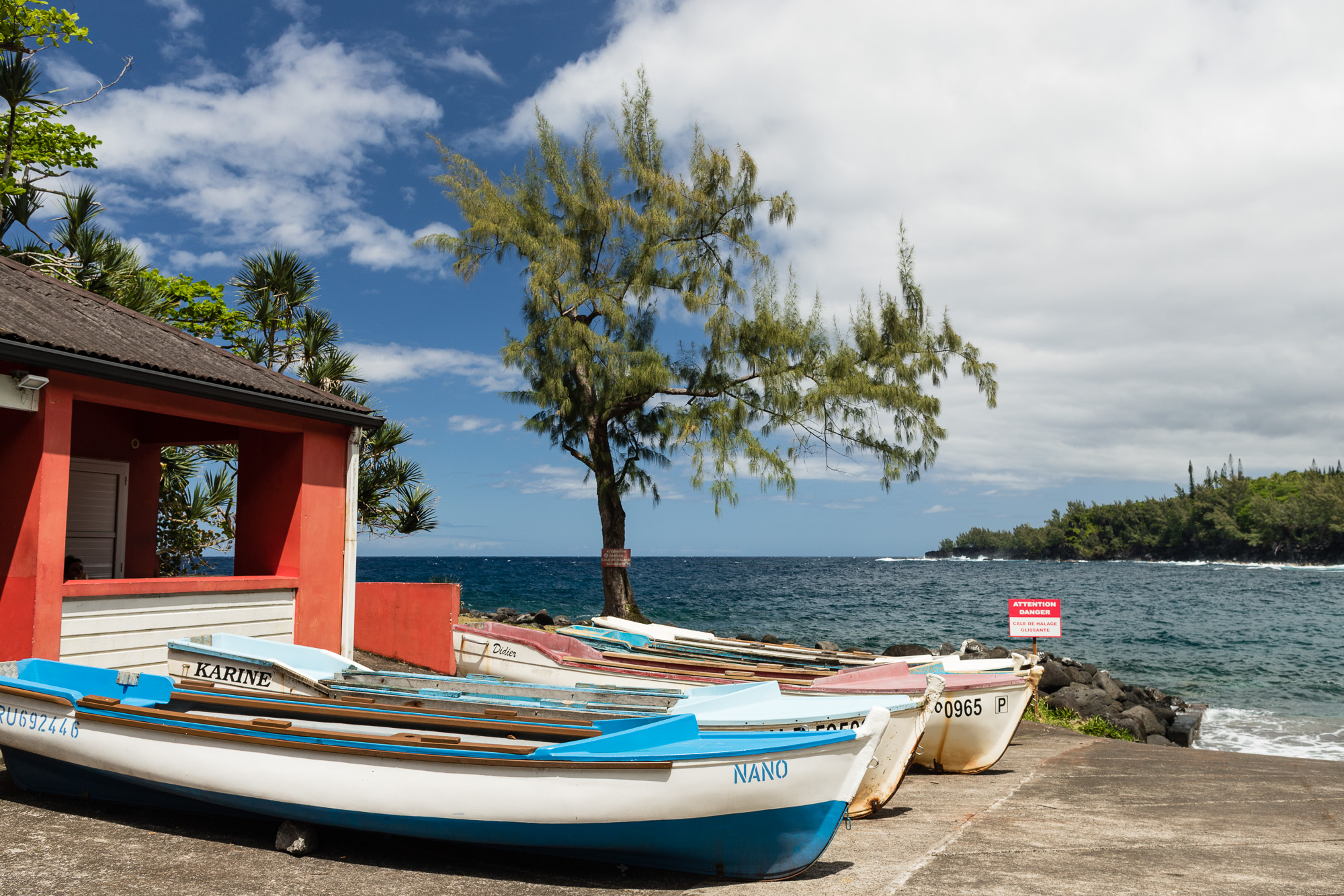 barques de pêcheurs et bâtiment rouge vif, anse des cascades, la réunion