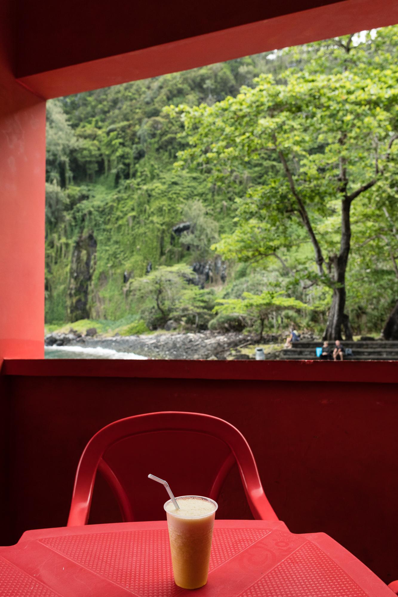 Smoothie sur table rouge et vue sur végétation, anse des cascades, la réunion