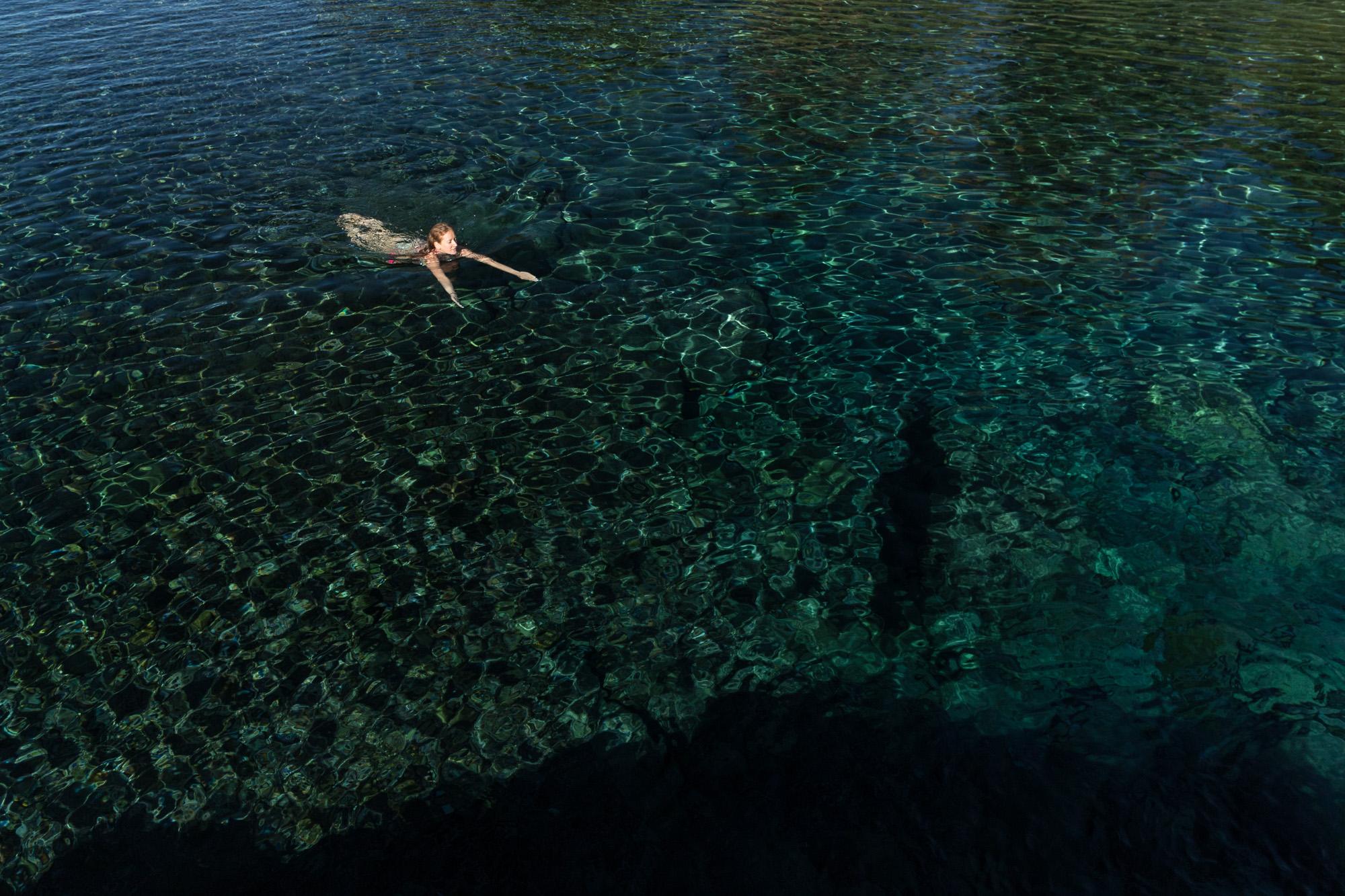 Nageuse dans l'eau transparente de bassin bleu, sainte anne, la reunion