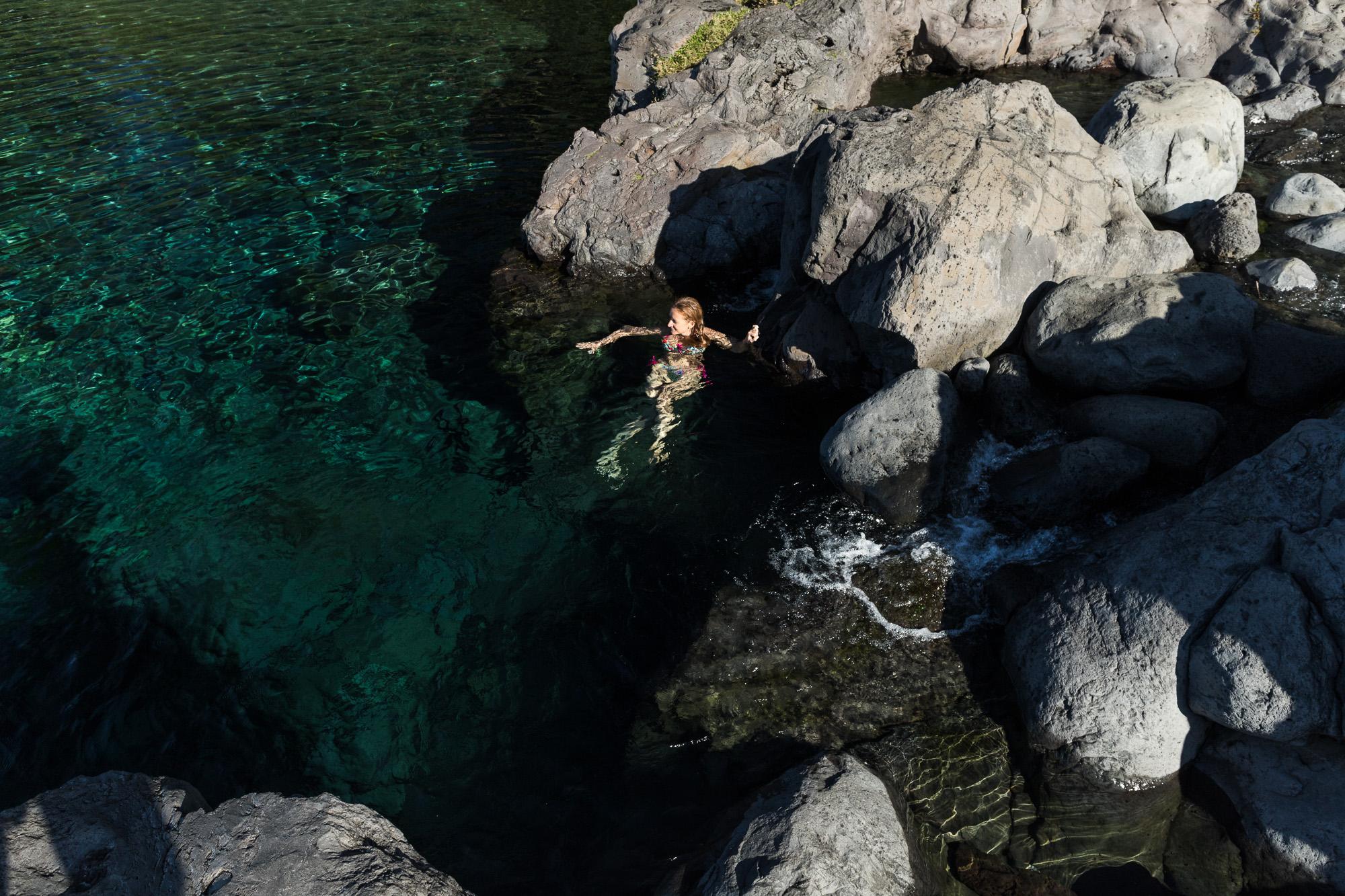 Rochers et nageuse à bassin bleu, sainte anne, la réunion
