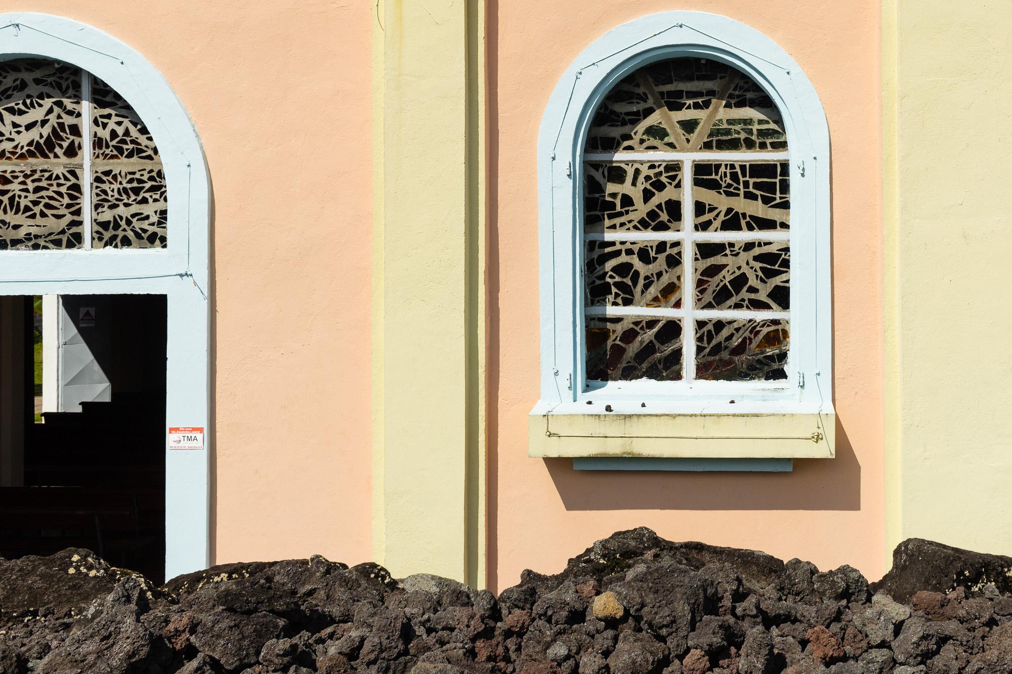 détail lave et architecture colorée notre dame des laves, piton sainte rose, la réunion