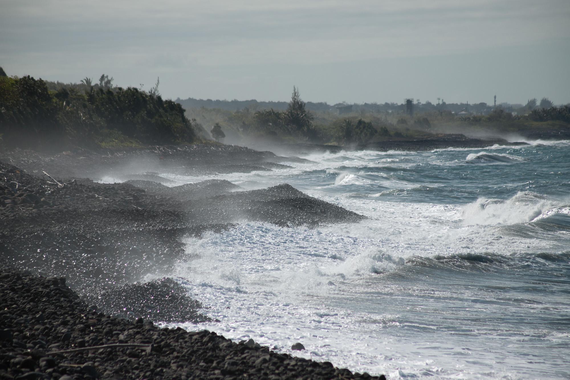 vague, brume et plage noire, Sainte Anne, la réunion