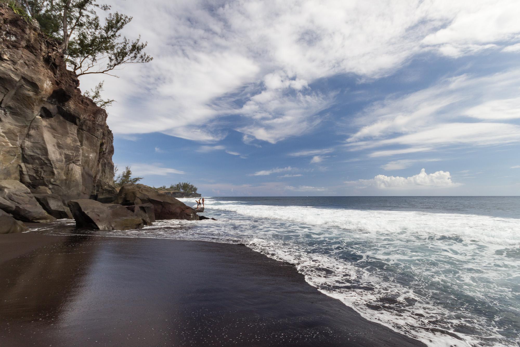 plage de sable noir, sud est réunion