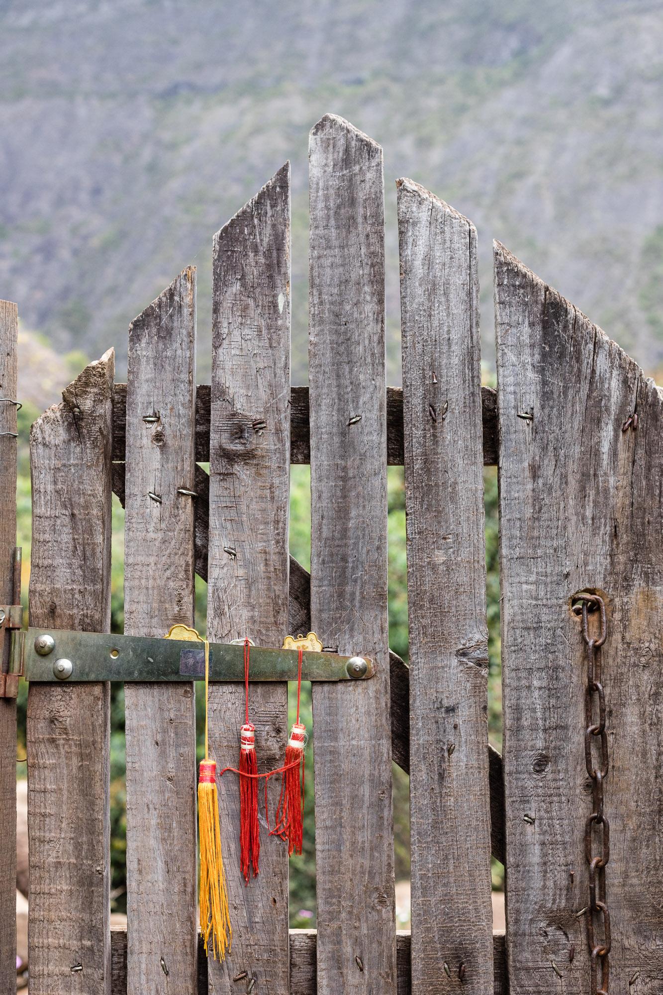 Pompons accrochés à un portail, ilet des orangers, la reunion