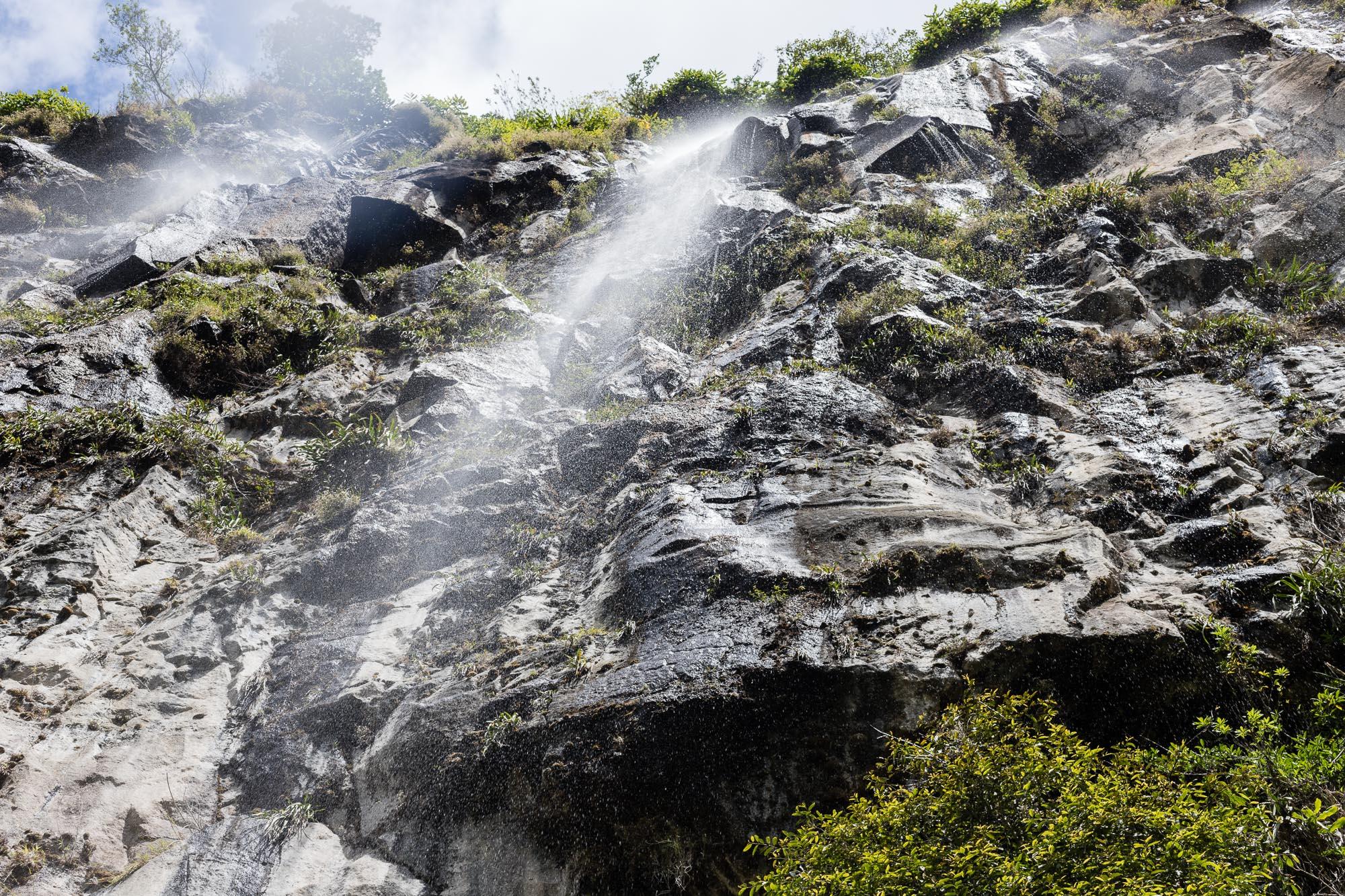 cascade sur falaise noire de Mafate, la reunion