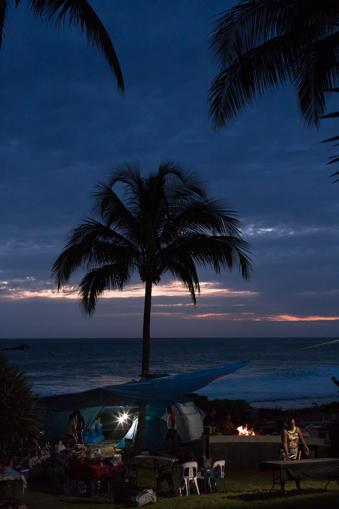 Tombée de la nuit sur les Réunionnais s'installant pour le barbecue, Grande Anse, La Réunion