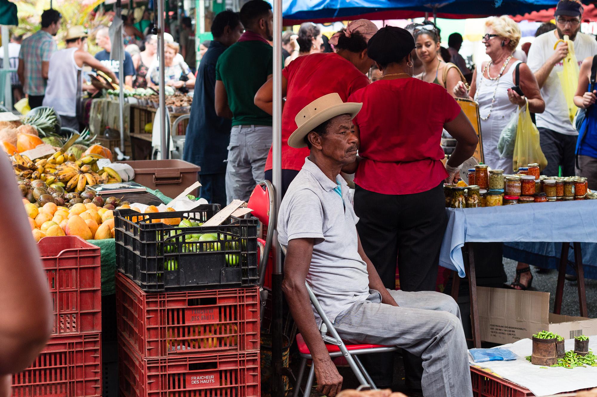 vieil homme vendant des piments au marché de saint pierre la réunion
