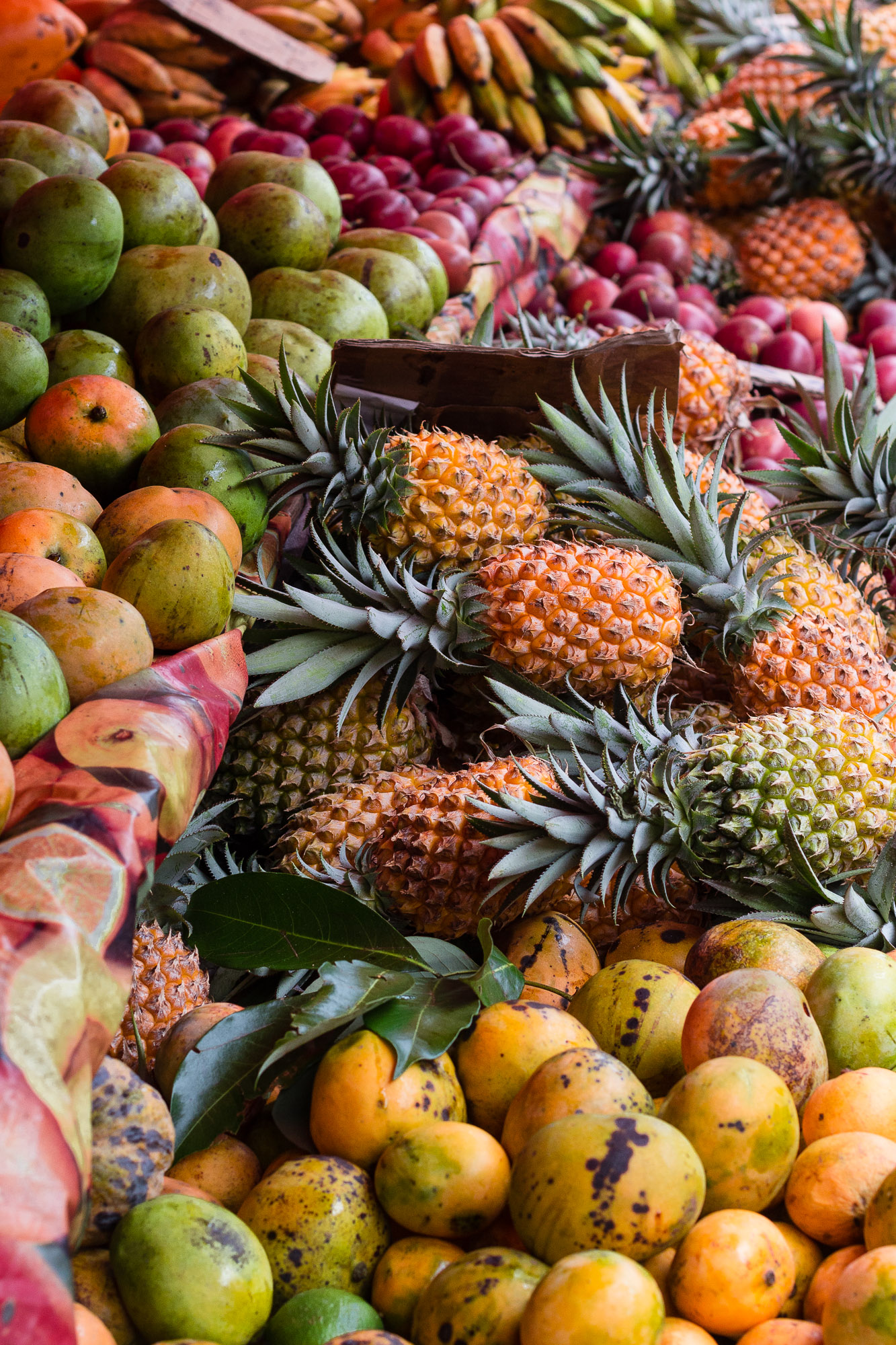 étal débordant de fruits, marché de saint Pierre
