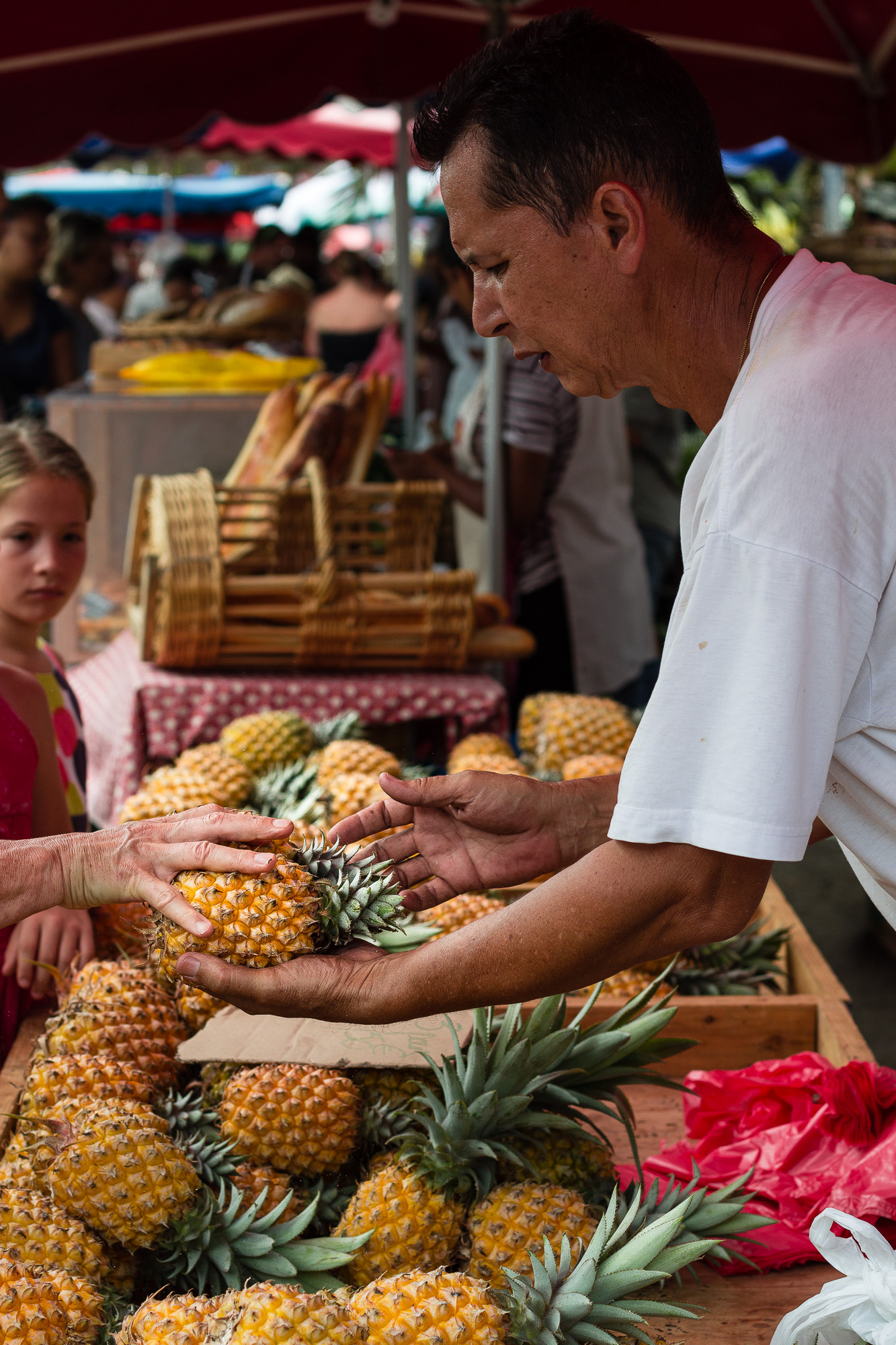 marchand vendant un ananas au marché de saint pierre la réunion