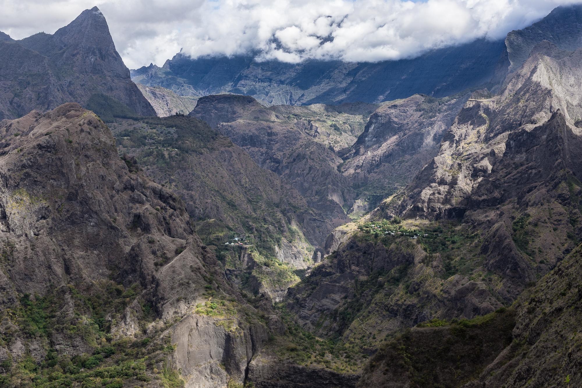 Antre de Mafate, point de vue sur montagnes, pitons et ilets du cirque de Mafate, la reunion