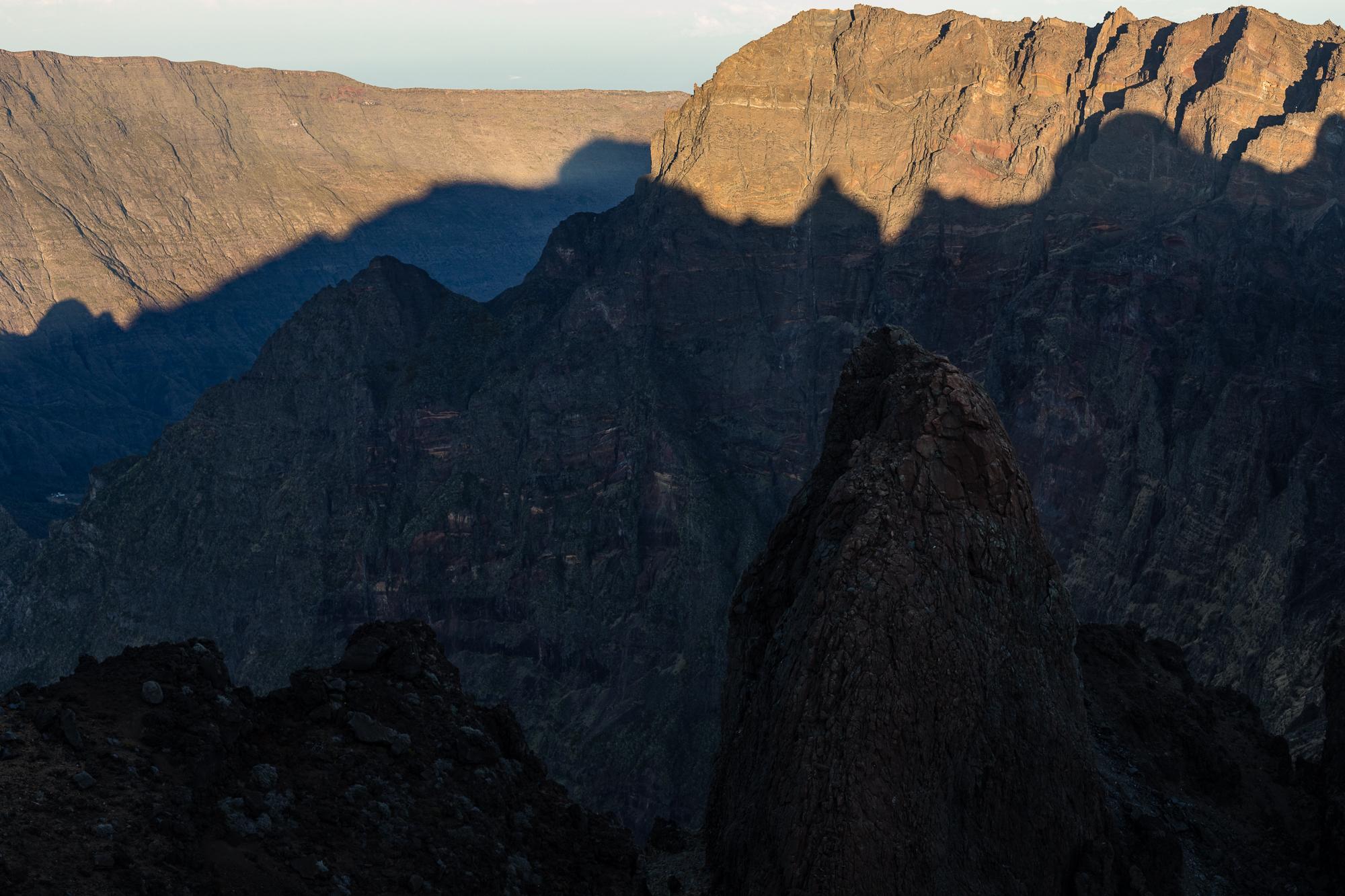 ombre montagne lever de soleil piton des neiges