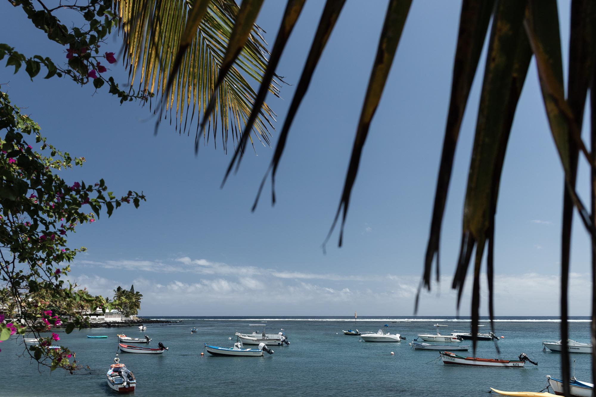 bassin pirogue lagon et bateaux de pêcheurs