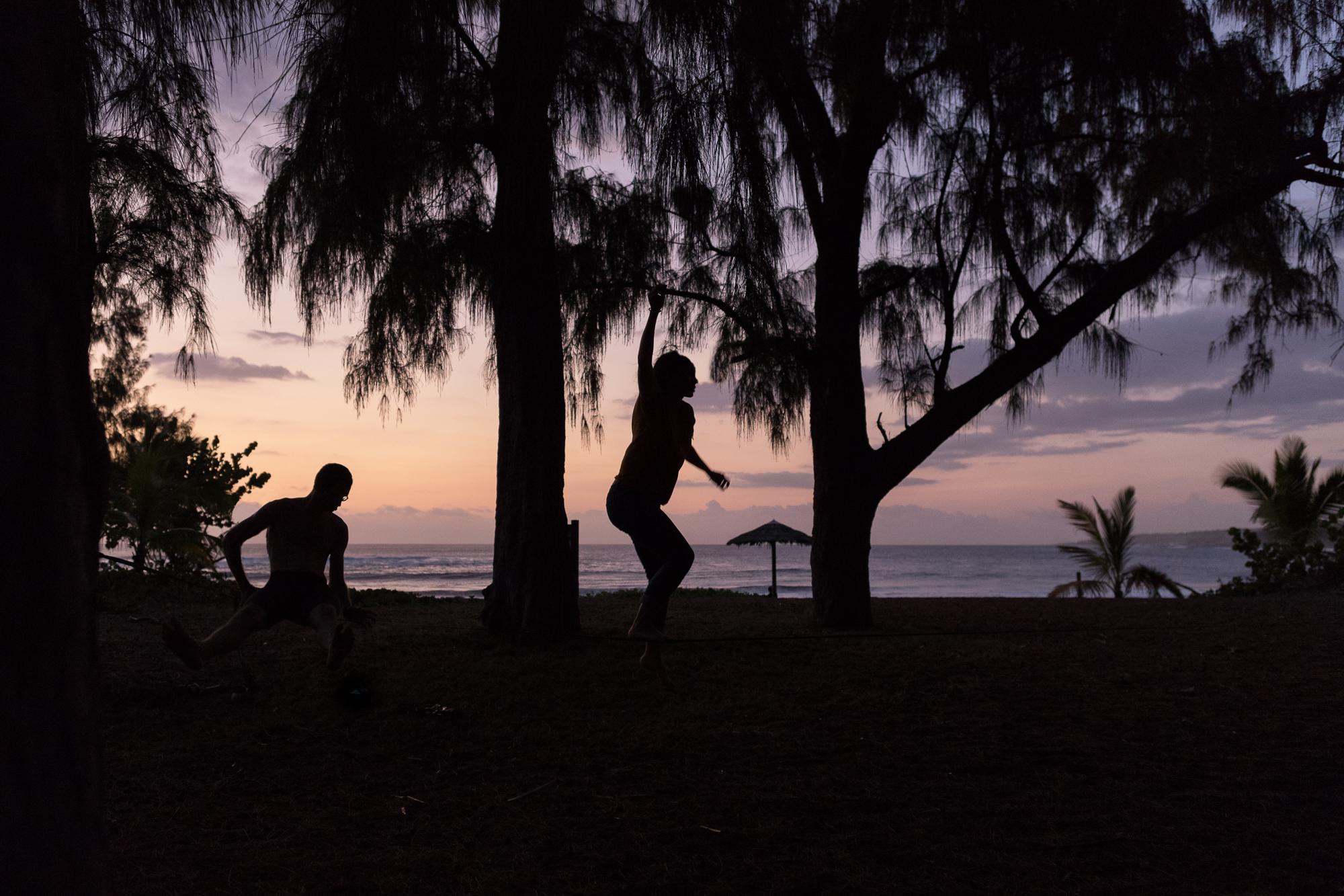 slackline coucher du soleil etang salé