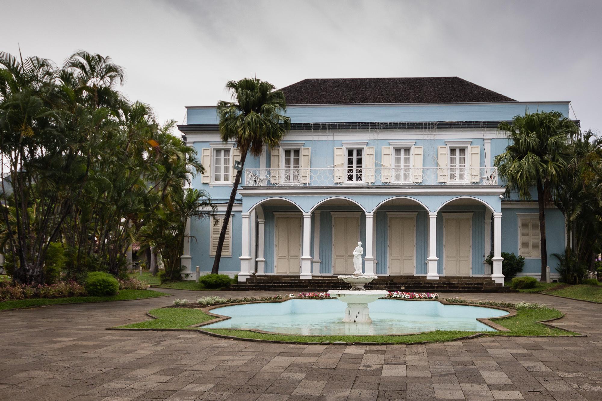 bassin et façade de la villa du département