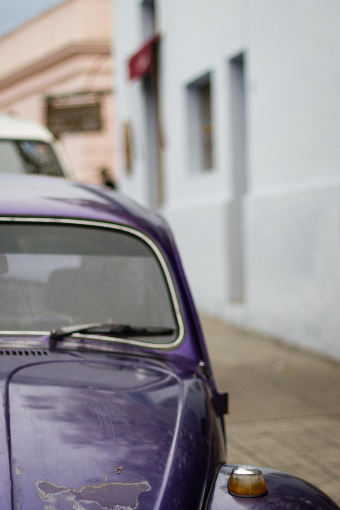 vieille voiture violette colonia del sacramento