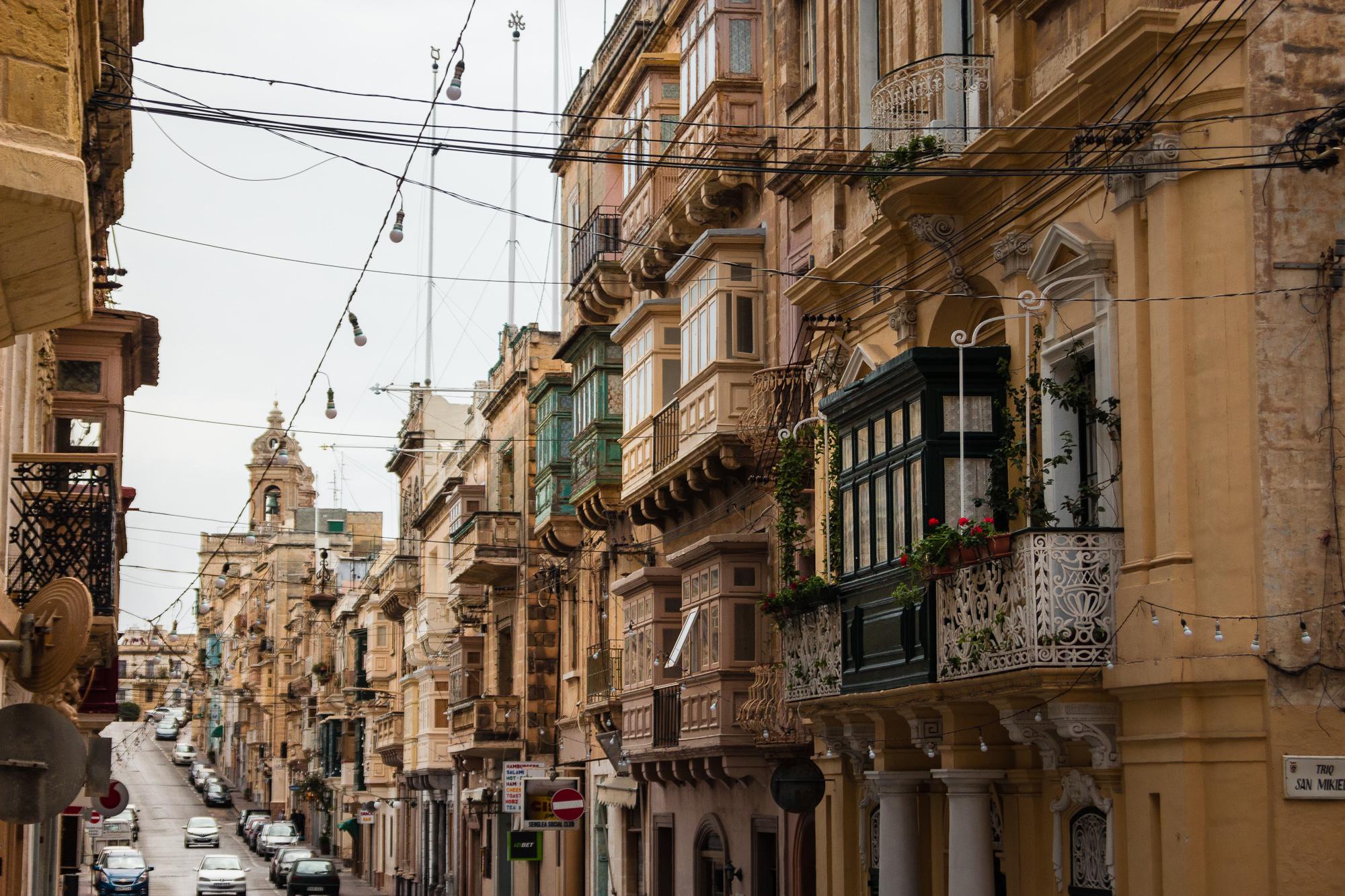 immeubles balcons bois malte
