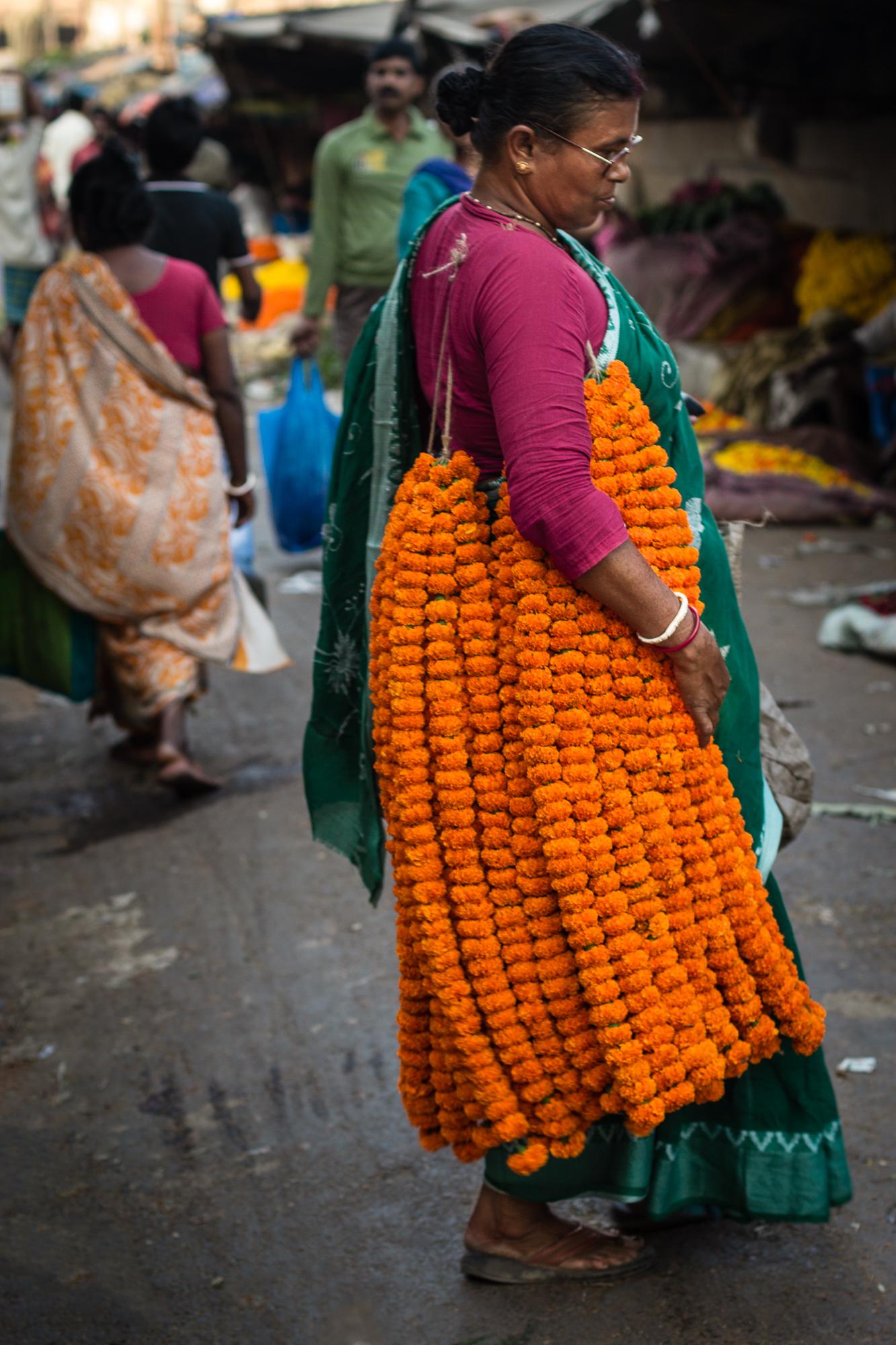 femme avec guirlandes de fleurs calcutta
