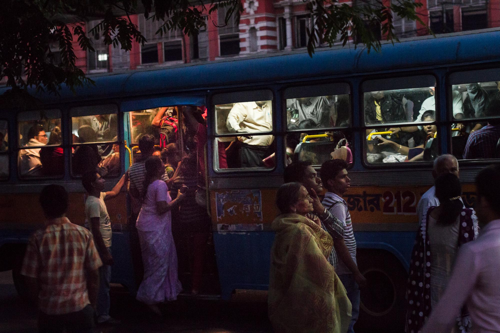 foule bus calcutta la nuit