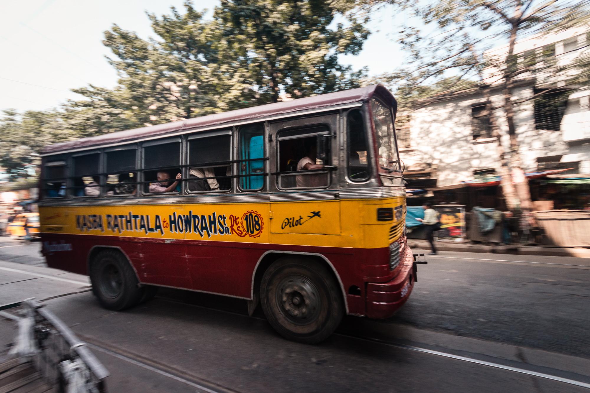 bus rouge et jaune calcutta