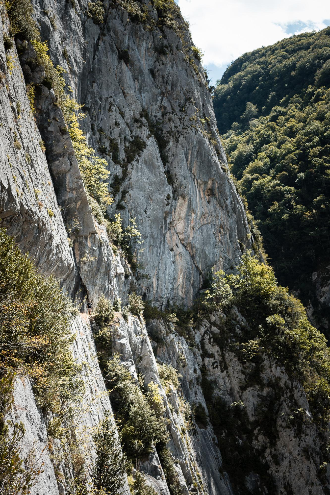 A flanc de roche sur le chemin de la Mâture